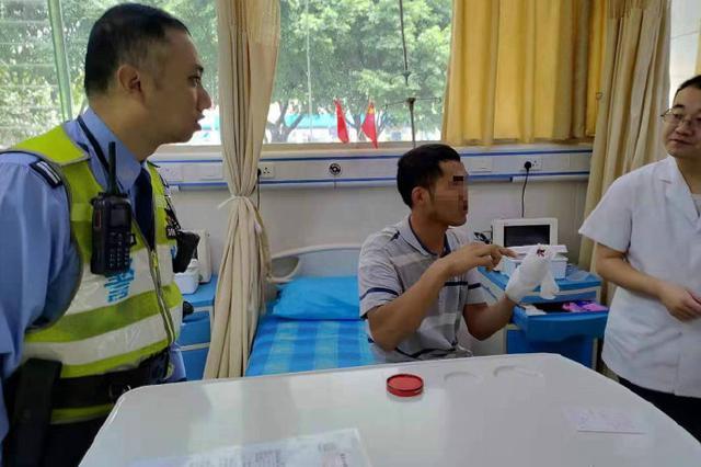 重庆民警接力配合 10分钟内将手部割伤工人送达医院