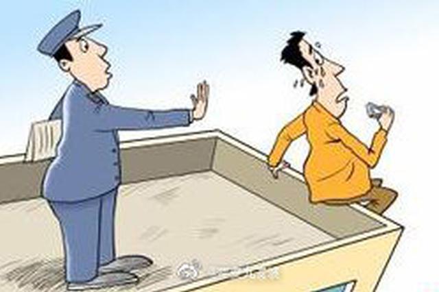 小伙失恋爬上楼顶欲轻生 重庆民警及时救援