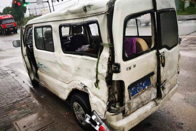 重庆:大货车打滑 面包车车身被撞出一个大窟窿(图)