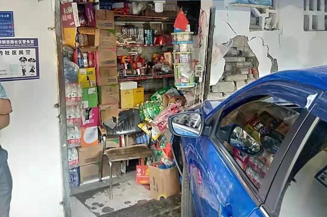 重庆:男子倒车时挂错档位撞向副食店 所幸无人受伤