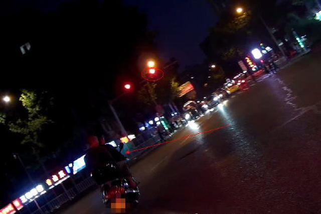 重庆一男子驾车闯红灯心虚逃跑 撞上警车自投罗网
