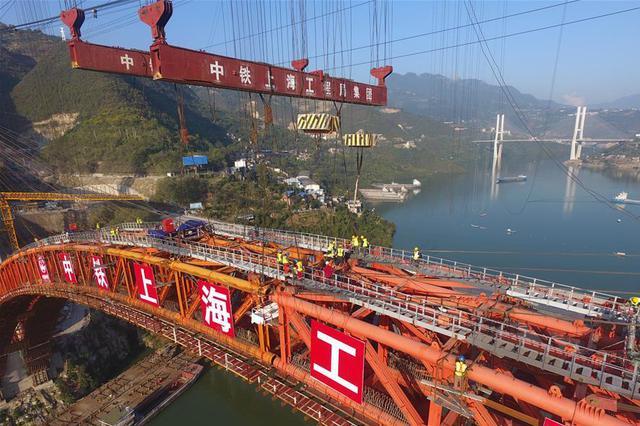 郑万高铁重庆段梅溪河双线特大桥主拱顺利合龙(图)