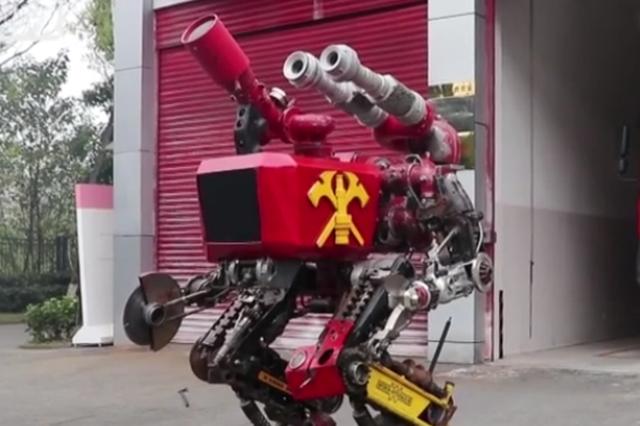 """厉害!消防员用报废零件打造""""消防机器人"""""""