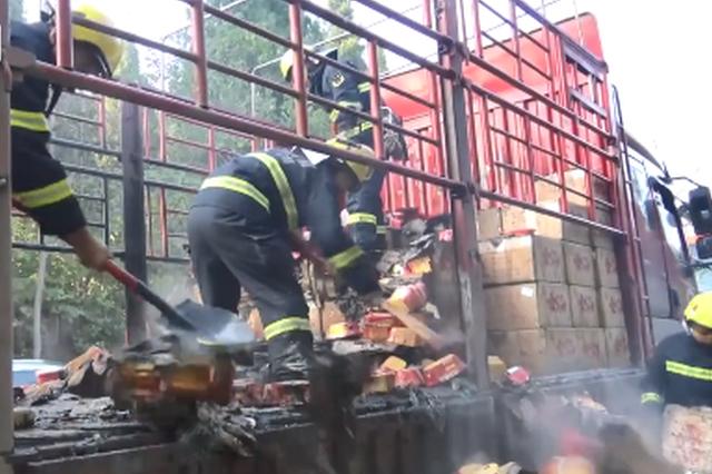 吃货们慌了!重庆一满载自热方便火锅货车突然起火