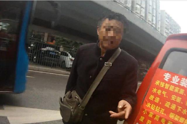 重庆一男子捡块车牌挂自己车被查 记12分罚款5000元