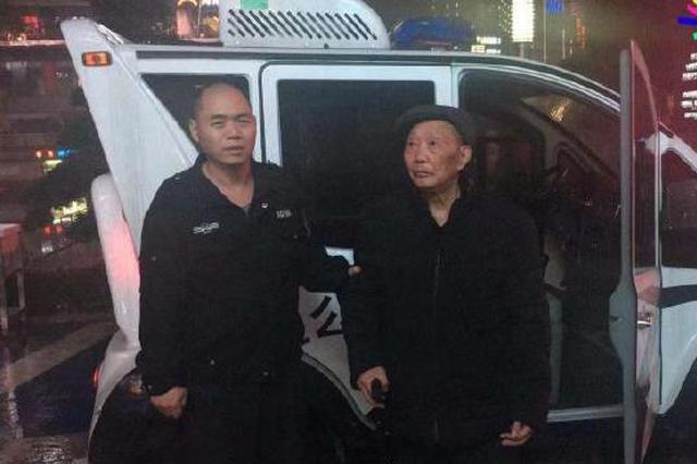 八十高龄老人独自外出 重庆民警协勤暖心护送回家