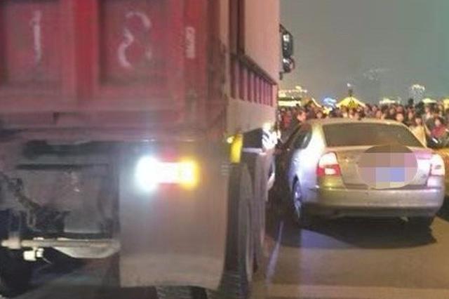 重庆:轿车行驶在大货车盲区 轻微擦挂吓坏女司机