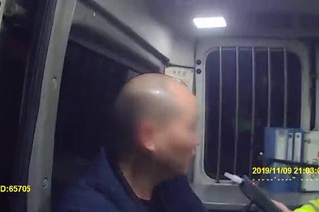 """重庆:25年驾龄老司机醉驾被查 上演""""花试吹气"""""""