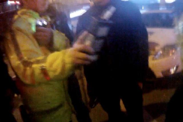 重庆一男子醉驾送孕妻回家被查获 呼气结果惊呆警察
