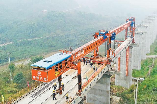 重庆铁路东环线进入铺架阶段 明年底将迎来全线通车