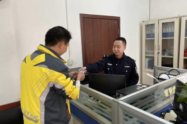 重庆民警捡医保卡联络不到失主 点外卖发现竟是骑手