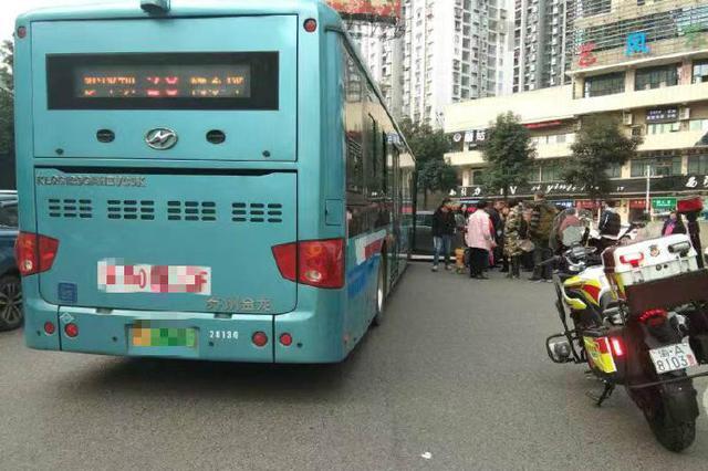 重庆一男子强行加塞引众怒 警察蜀黍给他送上罚单