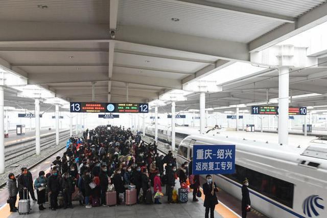 重庆开行首班复工专列 送500余名农民工赴浙江务工