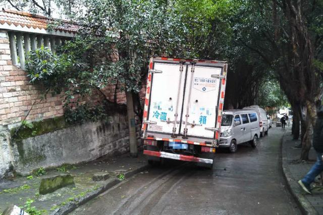 因停放时间太长 重庆一辆货车刹车失灵导致5车追尾