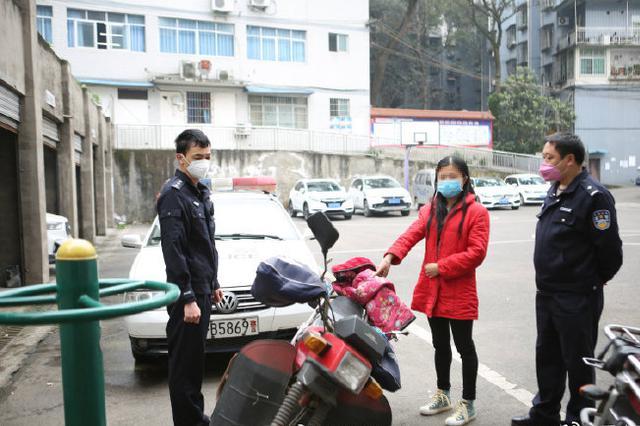 重庆:三男一女路边沙发熟睡 民警一查竟是盗窃团伙