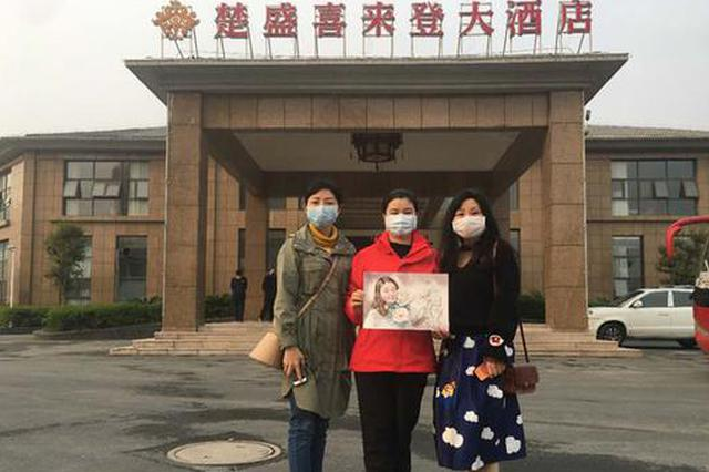 """重庆医疗队员带着""""最珍贵的礼物""""回家"""