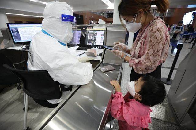 现场直击老挝航班抵渝 重庆海关严防境外疫情输入
