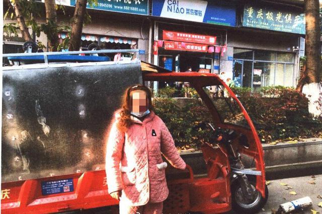 重庆一女子趁着快递员离车送快递行窃 价值6000余元