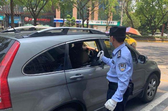 车辆故障男子被困车内 民警敲破车窗将其救出