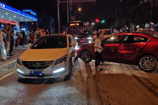 重庆一女子驾车擦挂追赶时再被撞 撤场时又遭第三撞