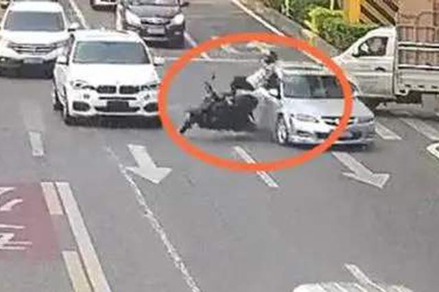 多亏有它!与越野车相撞 摩托车司机躲过一劫