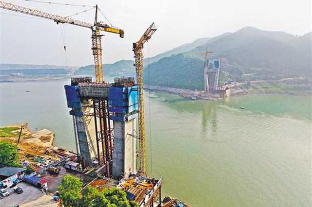 重庆铁路枢纽东环线新进展 明月峡长江大桥主塔封顶