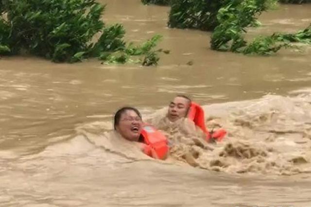 重庆:夫妻因突降暴雨被困河中 休假消防员生死救援