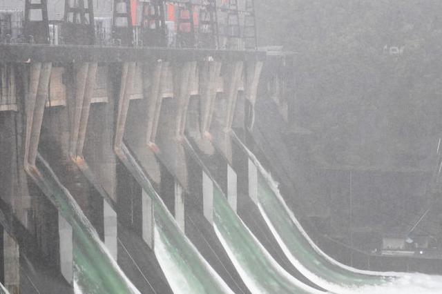 重庆最大调峰水电站 全力以赴拦洪削峰