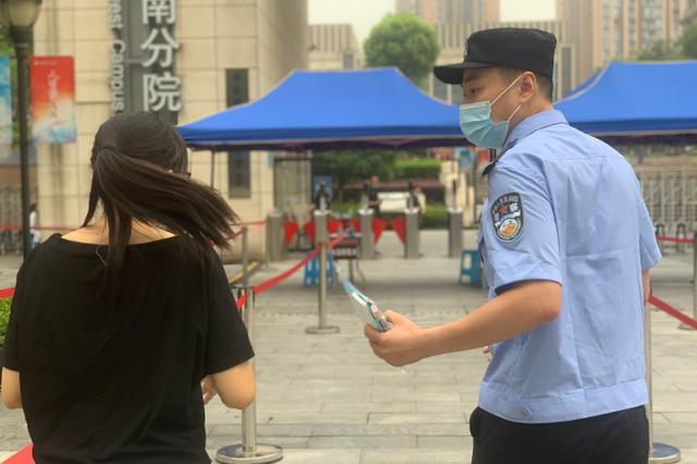 重庆一考生忘带文具笔袋 民警1分钟温暖送到