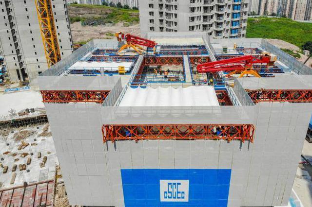 """国内首台""""住宅造楼机""""重庆投用 三天可建好一层楼"""