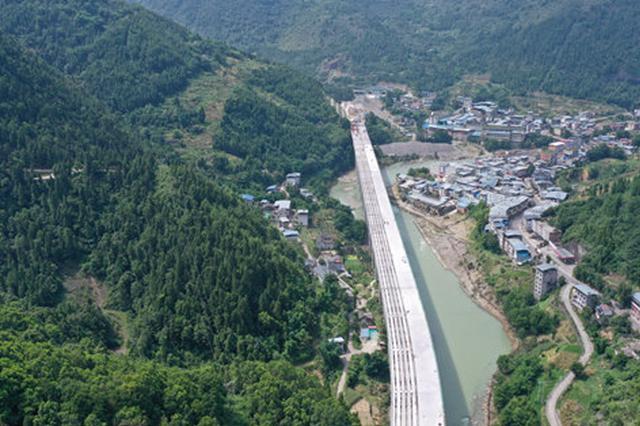城开高速最长大桥T梁架通 大进至赵家段明年通车