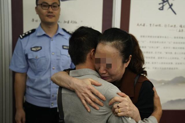 重庆:龙凤胎儿子失散26年 中秋节前警方助全家团圆
