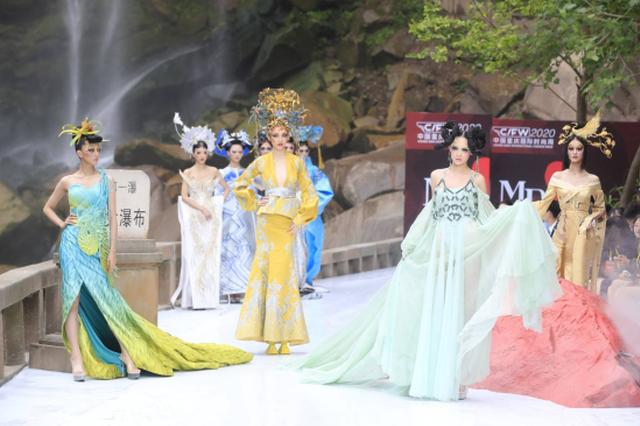2020中国重庆国际时尚周落幕 亚洲第一瀑下秀出东方气蕴
