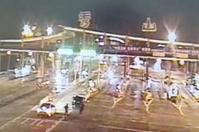 重庆司机酒后驾车上高速 遇查酒驾弃车而逃