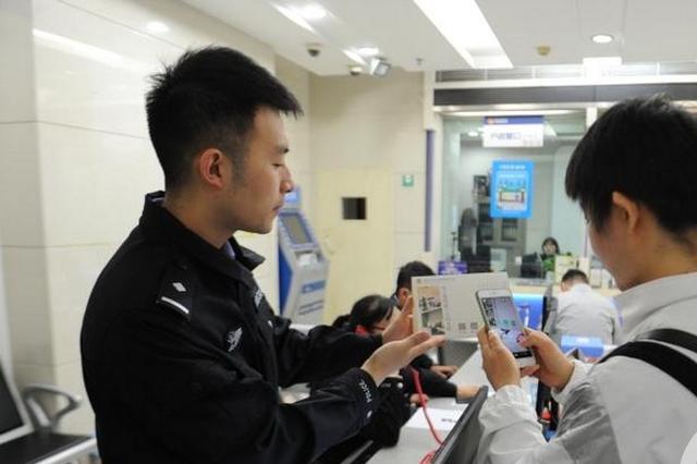 住店没身份证怎么办?重庆民警教你申请电子身份证