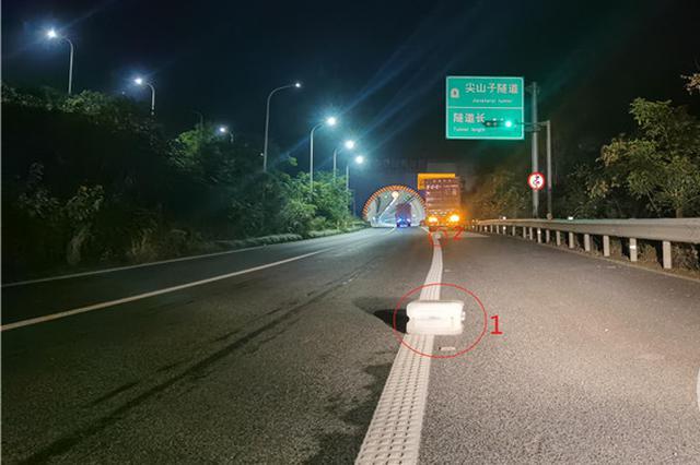 男子深夜在高速路上抛锚 司机仅在车后放了两个水壶