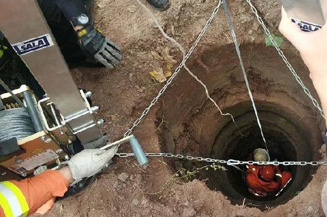 惊险!村民挖红薯掉落10米深废井 民警消防合力营救