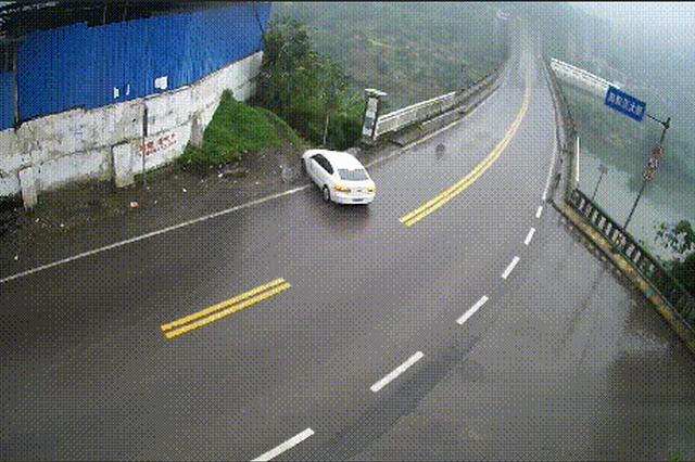 """重庆:大学生拿驾照一个多月 载同学""""漂移""""栽桥下"""