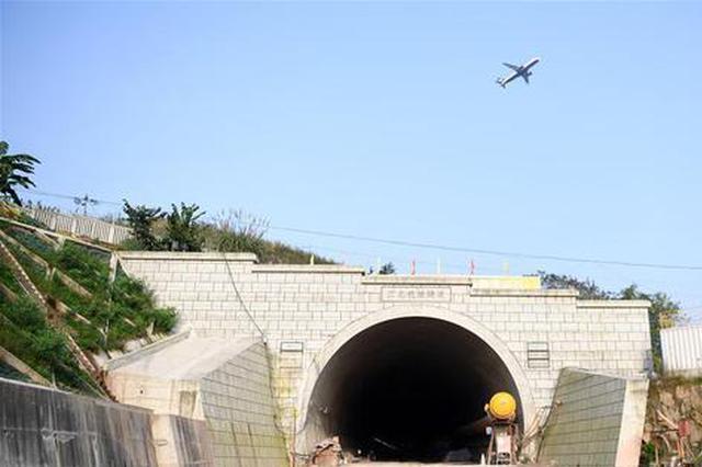 重庆首座下穿机场铁路隧道贯通 单洞双线全长4490米
