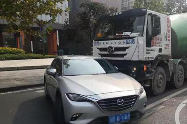 重庆:水泥罐车撞得小轿车打了个转 女司机当场吓哭