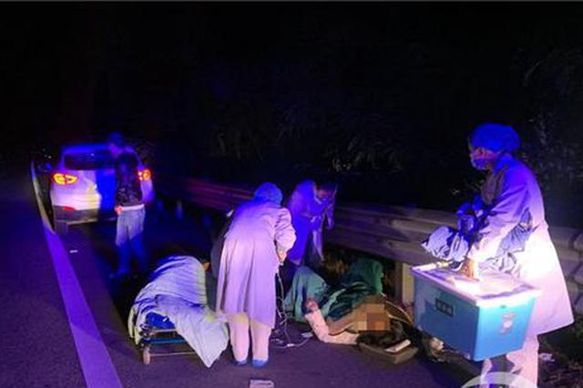 重庆一孕妇凌晨两点在高速路上临盆 无奈躺应急车道