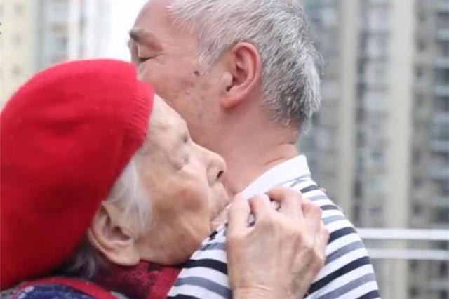 11年风雨无阻!75岁老人每日抱百岁红军老母亲散步