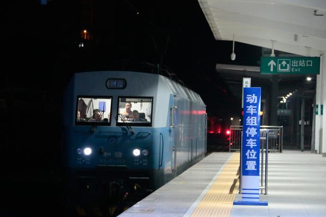 新建渝怀铁路二线冯家坝至桃映段约193公里线路开通运营