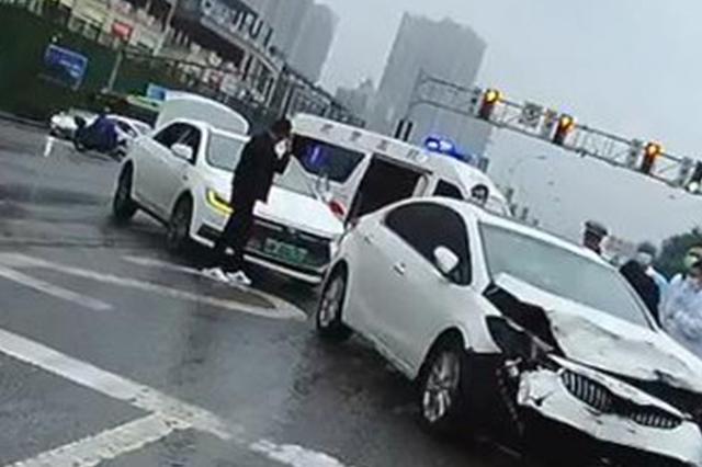 女子驾车去探病 结果一波操作后自己被送进医院……