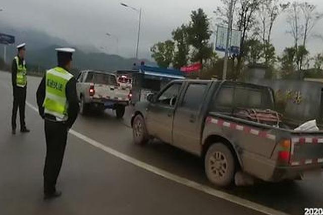 重庆:皮卡车高速路上出故障 另一皮卡车竟用铁链拉
