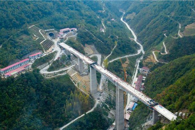 连续作战43个月 郑万高铁重庆段最后一座隧道贯通