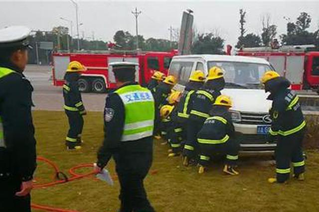 重庆:面包车突然冲入绿化带 撞飞一男子将其压车底