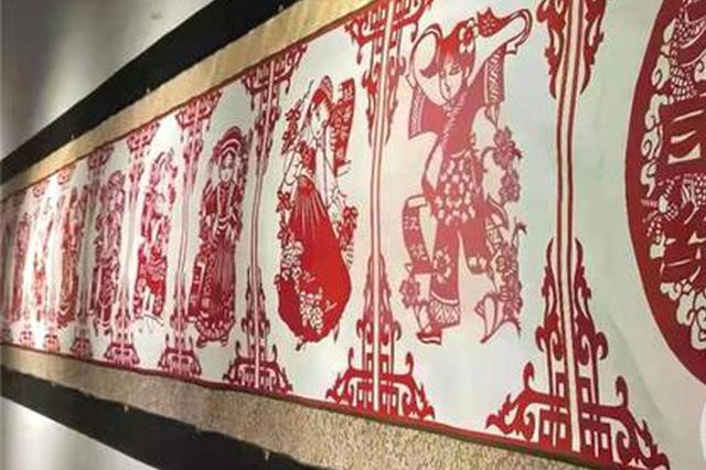 """24米长!重庆一老师耗时5年剪出56个民族""""全家福"""""""