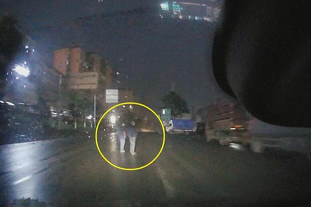 重庆:雨夜开车太快 男子来不及刹车撞飞两名行人