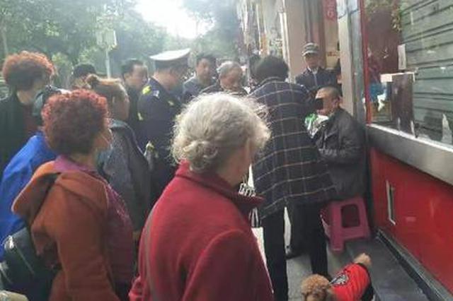 外地男子饿晕重庆街头 热心市民买来食物还送他现金